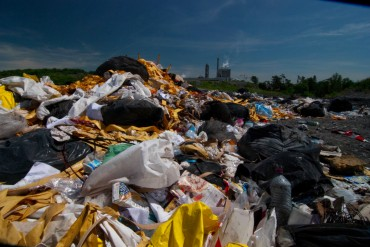 Mountain of garbage within the Smurfit Kappa paper plant © Philippe Henry / OCEAN71 Magazine