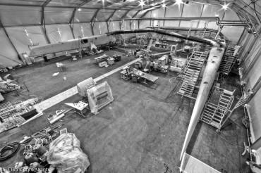 A l'intérieur de la tente qu'espionne l'ingénieur de l'équipe BMW-Oracle est fabriqué le catamaran géant des Suisses de l'équipe Alinghi © Carlo Borlenghi / OCEAN71 Magazine
