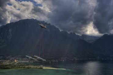 Pour marquer les esprits, Bertarelli organise un transport spectaculaire par les airs de son catamaran géant, Alinghi 5 © Stefano Gattini / Alinghi