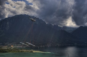 From the lake of Geneva, the giant catamaran Alinghi 5 was flown by the air to Genoa © Stefano Gattini / Alinghi