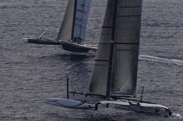 Après deux ans de batailles juridique, médiatique et technique, les monstres s'affrontent sur les eaux de Valence © Alinghi