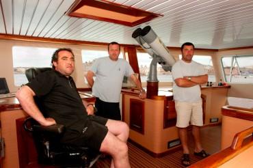 Généreux Avallone, entouré par les deux autres commandants qui travaillent depuis de nombreuses années pour la famille Avallone ©Philippe Henry / OCEAN71 Magazine