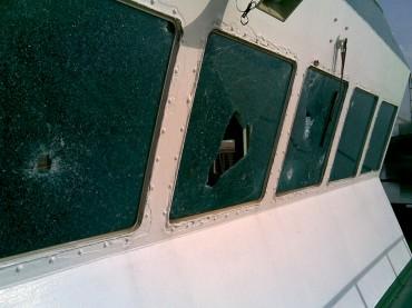 Des impacts de balles sur le chateau d'un navire travaillant avec les plateformes pétrolières au Nigéria ©Pierre* / OCEAN71 Magazine