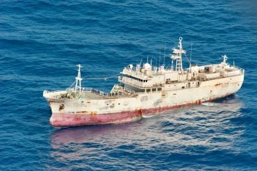 Un palangrier libyen au large de Malte. Ces navires capturent les thons rouges avec des lignes de nylon et plusieurs milliers d'hameçons ©Philippe Henry / OCEAN71 Magazine
