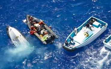 L'affrontement est brûtal entre les pêcheurs sétois dans les skiff servant normalement à maintenir ouverte la senne et les activistes de Greenpeace, dont l'un d'entre eux sera blessé © Paul Hilton / Greenpeace