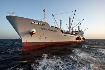 Ce navire est l'un des reefers de la société Mitsubishi, ici à l'ancre à proximité d'une ferme cliente de Malte © Philippe Henry / OCEAN71 Magazine