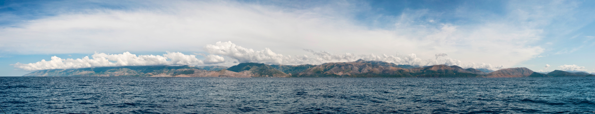 Les montagnes d'Albanie, dans le sud du pays, tombent à pic dans la mer ©Philippe Henry / OCEAN71 Magazine