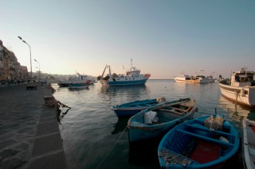 Every day in the afternoon, the fishermen return at the dock to disembark the fish ©Philippe Henry / OCEAN71 Magazine