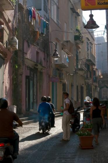 Les rues de Procida, avec ses mythiques scooters ©Philippe Henry / OCEAN71 Magazine