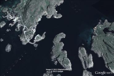 On distingue de chaque côté de l'image les cages des fermes d'élevage de saumon, ici entre les îles de l'ouest de la Norvège © Google Earth