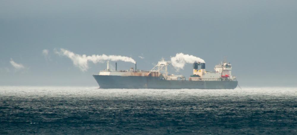 """Le navire """"Antarctic Sea"""" que la société norvégienne Aker BioMarine a acheté en 2011. Avec ce navire, la compagnie norvégienne est devenue le plus grand pêcheur de krill de la planète © Erwin Vermeulen / Sea Shepherd"""
