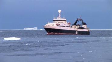 """Les navires de pêche du krill, comme ici le norvégien """"Saga Sea"""", pêchent le long des côtes car les eaux antarctiques sont particulièrement dangereuses © Aker BioMarine"""