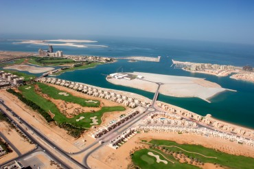 The Al Hamra complex is one of the flagship projects of the Ras el Khaïmah emirate. The palace is a Waldorf Astoria. In the backgroud, we can notice the islands built in the sea © Philippe Henry / OCEAN71 Magazine