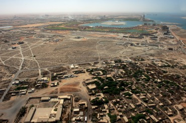 Au premier plan, les restes du village de Jazira. En arrière plan, on aperçoit le complexe immobilier et hôtelier de Al Hamra ©Philippe Henry / OCEAN71 Magazine