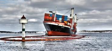 Les équipes de sauvetage tentent de contenir la marrée noire créée par un cargo échoué © Foto Kystverket