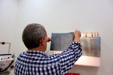 Le chirurgien vétérinaire Antonio di Bello, venu spécialement de Bari, étudie les radiographies de la tortue pour savoir précisément où se trouve l'hameçon pour pouvoir inciser au plus proche © Philippe Henry / OCEAN71 Magazine