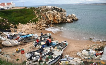 The small landing beach used by the fishermen of Baleal © Andy Guinand / OCEAN71 Magazine