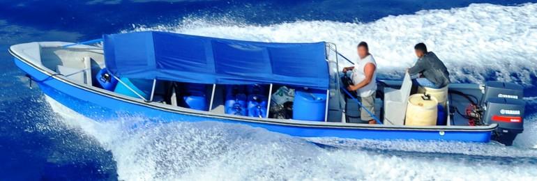 """Un bateau """"Go-Fast"""" bourré de drogue se fait pourchasser et photographier par un hélicoptère de la douane américaine. Photo US Customs and Border Protection"""