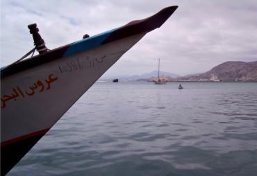 Tanit au mouillage au Yémen, peu de temps avant qu'il soit attaqué dans l'océan Indien © Chloé Lemaçon