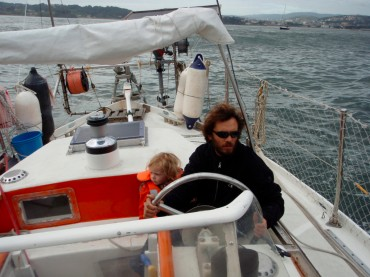 Florent Lemaçon steering with his son Colin, between Spain and Portugal © Chloé Lemaçon