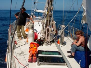 La famille Lemaçon en navigation sur Tanit au large du Portugal. Pour les pirates, ce voilier ne représentait pas une cible, il les a sauvé d'une mort certaine © Chloé Lemaçon