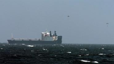 La ranson du Faina est larguée à l'aide de parachutes depuis un hélicoptère © US Navy