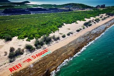Banière de protestation contre l'extension du port d'Abbot Point © Tom Jefferson / Greenpeace