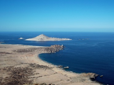 "The island ""Pan de Azucar"", at the heart of the national park, where live Humboltz penguins, sea lions and otters © Laetitia Maltese / OCEAN71 Magazine"