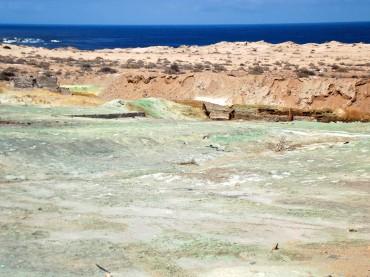 Entre la plage de Chañaral et celle de la Caleta Palitos, la déviation du rio Salado est visible. La couleur verte est l'empreinte de la pollution au cuivre véhiculée par la rivière © Ana Maria Urrutia Réyes / OCEAN71 Magazine