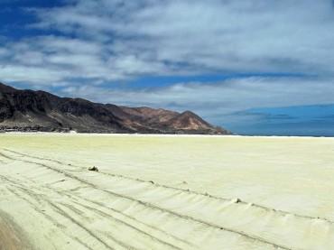 La plage de Chañaral vue de la Ruta 5. En 80 ans, 350 millions de tonnes de particules contaminées, entre autres par des métaux lourds, se sont accumulées ici. Elles empoisonnent l'environnement et la population à petit feu © Ana Maria Urrutia Réyes / OCEAN71 Magazine