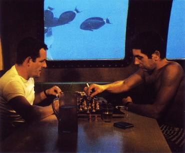 Deux océanautes de l'équipe Cousteau jouent au échecs dans l'habitat de Précontinent II en 1963 dans la mer Rouge ©The Cousteau Society