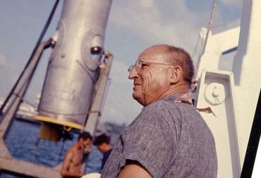 """Ed Link sur son bateau """"Sea Diver"""" avec en arrière plan son cylindre, premier habitat sous-marin jamais construit © Robert Sténuit"""