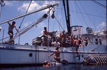 """Le navire de Ed Link, le """"Sea Diver"""". Le cylindre habitat de Robert Sténuit est mis à l'eau © Robert Sténuit"""