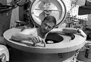 """Robert Sténuit sort finalement de son habitat sur le bateau """"Sea Diver"""" dans la baie de Villefranche © DR"""