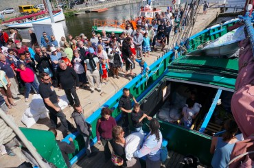 The crowded dock in Morlaix. Salt bags are manhanded to the client © Laëtitia Maltese / OCEAN71 Magazine