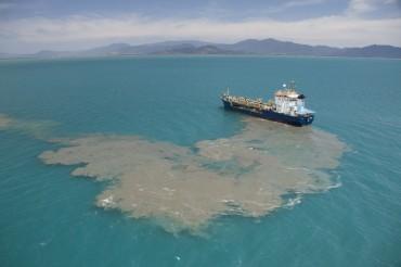 Le 19 septembre 2014, un navire déverse les sédiments dragués du port de Cairns, Queensland. Le déversement a lieu dans les eaux du parc marin de la Grande Barrière de Corail © Xanthe Rivett - CAFNEC - WWF-Aus