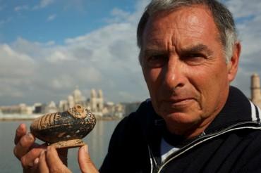 Serge Ximenes montrant l'une des pièces découvertes à l'entrée du Vieux Port de Marseille ©Francis Le Guen / OCEAN71 Magazine