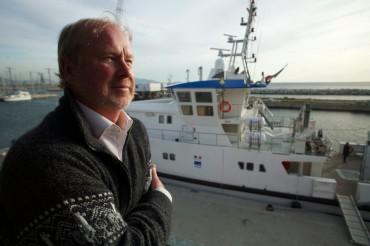Michel L'Hour devant le navire du DRASSM, l'André Malraux © Francis Le Guen / OCEAN71 Magazine