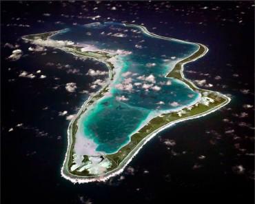 Vue aérienne de Diego Garcia, seule île de l'archipel des Chagos à être aujourd'hui habitée © Wikipedia