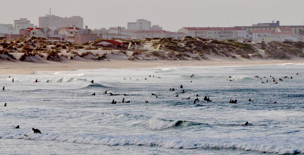 Avec l'explosion du surf dans le monde, de plus en plus de plages sont en état de surpopulation © Andy Guinand / OCEAN71 Magazine
