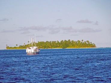Quelques navires privés ont chaque année l'autorisation de s'arrêter pour un maximum de 30 jours dans les îles du nord de l'archipel © Tom Lawler