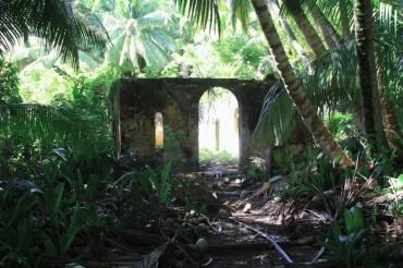 A terre, des ruines prouvent que des habitants vécurent sur l'archipel des Chagos ©Tom Lawler