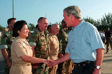 George W. Bush en visite sur la base militaire de Diego Garcia, le 4 septembre 2007. © U.S. Navy photo by Mass Communication Specialist Seaman Jonathen E. Davis