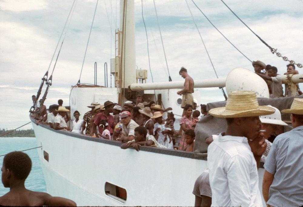 Le M/V Nordvaer se prépare à quitter l'île de Diego Garcia. Ce navire était le seul bâtiment à assurer la liaison entre les Chagos et l'île Maurice. (1968). © Kirby Crawford