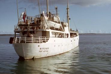Le MV Nordvaer sur le point de quitter Diego Garcia, Diego Garcia (1968) © Kirby Crawford
