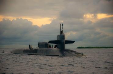 Un sous-marin nucléaire américain en ravitaillement à Diego Garcia © US Navy