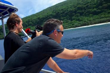 Richard Vevers tente de repérer de la surface la présence des géants de coraux à l'ouest de l'île de Ta'u ©Sophie Ansel / OCEAN71 Magazine