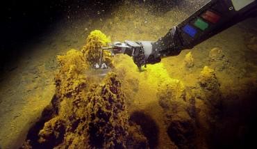Le ROV Hercules fait des prélévements dans les roches du Kick'em Jenny © Ocean Explorer Trust
