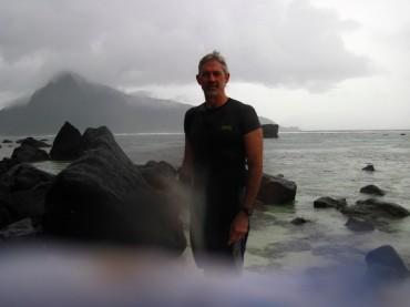 Stephen Palumbi dans l'un des bassins d'eau chaude © DR