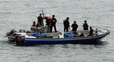 Un go-fast est intercepté par la marine américaine. Malheureusement pour les soldats et leur guerre contre la drogue, les trafiquants ont eu le temps de jeter leur cargaison par-dessus bord © U.S. Navy